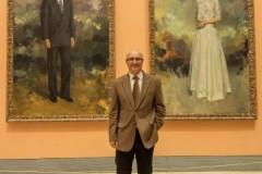 Miguel Romero con los cuadros de los Reyes Eméritos